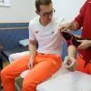 Fizjoterapeuta zaopatruje Pana Wiktora w anatomiczną ortezę stawu łokciowego AS-L-01